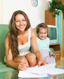 Жизнерадостные женщина и дочь Стоковые Изображения RF