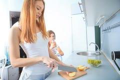 Жизнерадостные женщины в кухне Стоковое фото RF