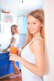 Жизнерадостные женщины в кухне Стоковое Фото