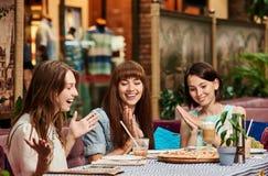 Жизнерадостные женщины в пиццерии Стоковые Фотографии RF