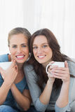 Жизнерадостные женщины держа их чашку кофе Стоковые Изображения