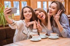 Жизнерадостные женщины делая фото selfie на smartphone Стоковая Фотография
