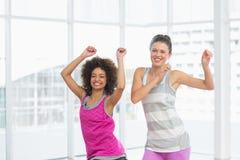 Жизнерадостные женщины пригонки делая тренировку pilates Стоковое фото RF