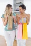 Жизнерадостные женщины стоя с хозяйственными сумками дома Стоковые Фотографии RF