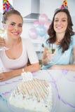 Жизнерадостные женщины с белым вином и именниным пирогом Стоковое Изображение