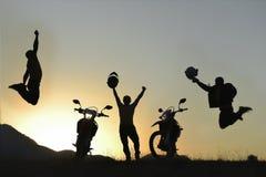 Жизнерадостные и счастливые мотоциклисты стоковые фотографии rf