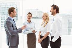 Жизнерадостные коллеги на встреча на офисе Стоковая Фотография