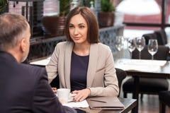 Жизнерадостные 2 коллеги отдыхают в кафе Стоковое Изображение
