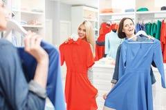 Жизнерадостные маленькие девочки имея потеху в магазине Стоковые Изображения RF