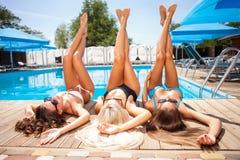 Жизнерадостные маленькие девочки получают suntan дальше Стоковые Изображения RF
