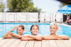 Жизнерадостные маленькие девочки плавают в открытом море Стоковое Изображение RF