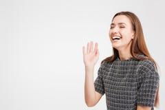 Жизнерадостные милые положение и смеяться над молодой женщины Стоковое фото RF