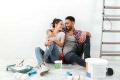 Жизнерадостные многонациональные молодые пары восстанавливая домой и отдыхая Стоковое Изображение RF