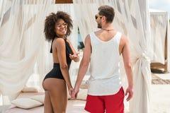 Жизнерадостные молодые ласковые пары отдыхая совместно на курорте лета Стоковые Изображения