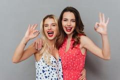 Жизнерадостные молодые женщины делают одобренный жест Стоковые Изображения RF