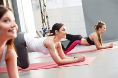 Жизнерадостные молодые женщины делают для спорт Стоковые Фото