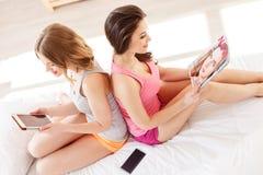 Жизнерадостные молодые женщины делая партию пижамы Стоковые Изображения