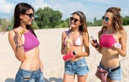 Жизнерадостные молодые женщины отдыхая на пляже Стоковое Изображение RF