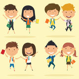 Жизнерадостные молодые мальчики и девушки делают скачку Стоковые Фотографии RF