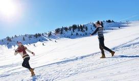 Жизнерадостные молодые пары имея потеху в парке зимы Стоковое Изображение RF