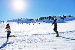 Жизнерадостные молодые пары имея потеху в парке зимы Стоковая Фотография