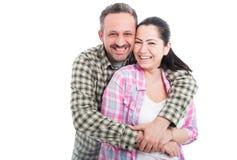 Жизнерадостные молодые пары обнимая и усмехаясь стоковые фотографии rf