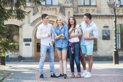 Жизнерадостные молодые студенты тратят время совместно Стоковое Фото