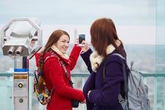 Жизнерадостные молодые туристы на башне Montparnasse Стоковые Изображения