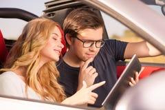 Жизнерадостные молодые любовники наслаждаются их путешествием Стоковые Изображения