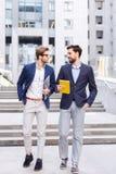 Жизнерадостные мужские коллеги связывают с утехой Стоковые Фотографии RF