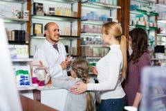 Жизнерадостные мужские клиенты порции аптекаря Стоковая Фотография RF