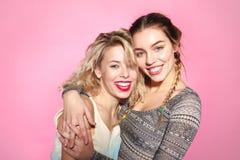 Жизнерадостные обнимая женские друзья Стоковые Фотографии RF