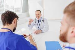 Жизнерадостные доктора имея переговор на больнице Стоковое Изображение RF