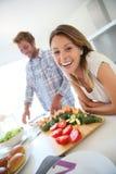 Жизнерадостные пары в кухне подготавливая обед Стоковые Фото