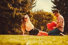 Жизнерадостные пары имея потеху в парке Стоковые Фото