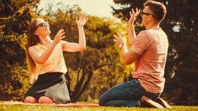 Жизнерадостные пары имея потеху в парке Стоковое Изображение RF