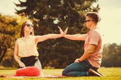 Жизнерадостные пары имея потеху в парке Стоковое Изображение
