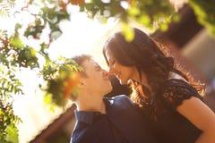 Жизнерадостные пары имея потеху в солнечном свете Стоковая Фотография RF