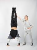 Жизнерадостные пары имея потеху представляя в студии Стоковая Фотография