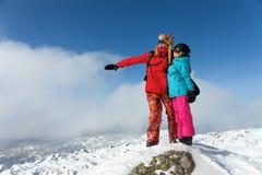 Жизнерадостные пары наслаждаясь каникулами зимы Стоковое Изображение RF