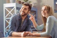 Жизнерадостные пары отдыхая в кафе стоковая фотография