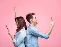 Жизнерадостные пары принимая selfie Стоковые Изображения RF