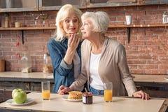 Жизнерадостные пожилые женщины есть сладостную еду Стоковое Фото