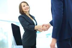 Жизнерадостные предприниматели, или handshaking коммерсантки и клиента Стоковые Изображения