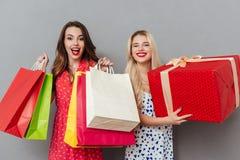 Жизнерадостные друзья дам при яркие губы состава держа хозяйственные сумки Стоковое Изображение RF