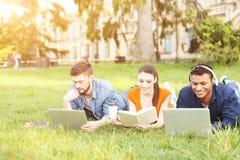 Жизнерадостные 3 друз наслаждаются жизнью университета Стоковые Изображения RF