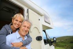 Жизнерадостные старшие пары путем располагаясь лагерем автомобиль Стоковые Изображения