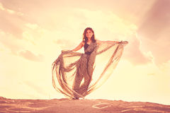 Жизнерадостные танцы девушки на песке Стоковые Изображения RF