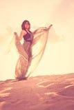 Жизнерадостные танцы девушки на песке Стоковое фото RF