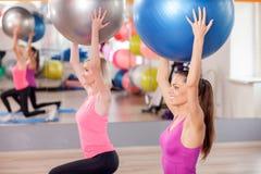 Жизнерадостные тонкие девушки делают тренировку в спортзале Стоковые Изображения RF